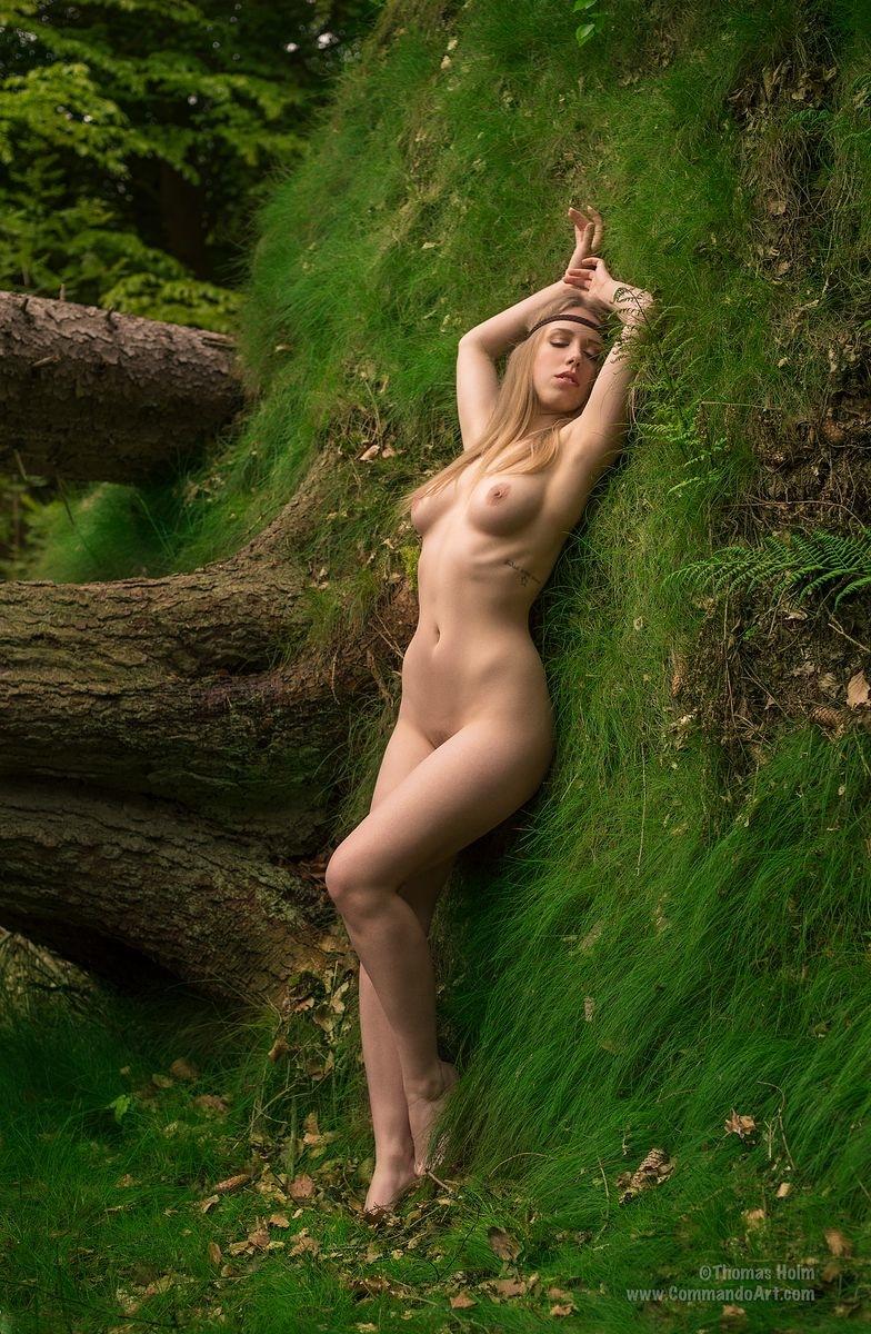 Laura Christensen bryster lys under en skæppe
